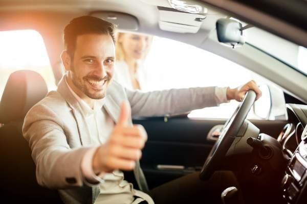 Gluecklicher Kunde nach Autokauf