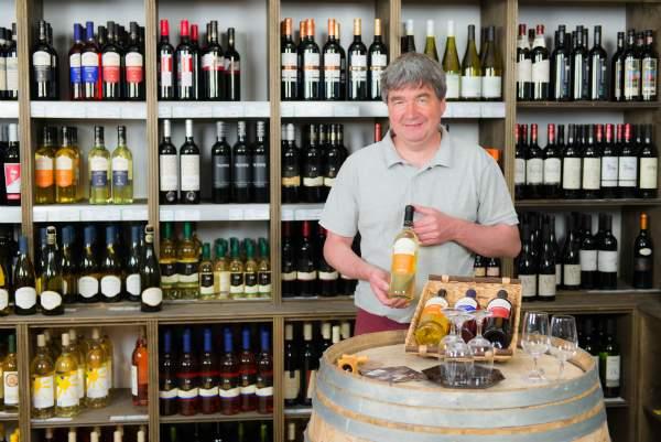 Weinhaendler praesentiert verschiedene Weinsorten