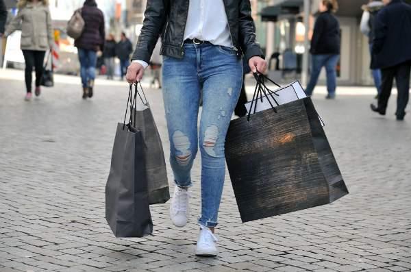 Frau beim Shopping am verkaufsoffenen Sonntag