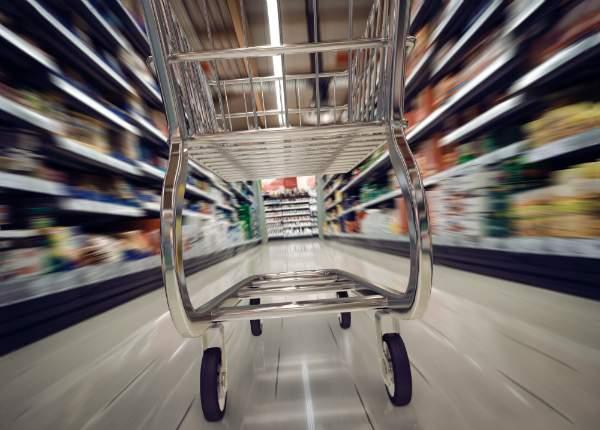 Einkaufswagen im Supermarkt