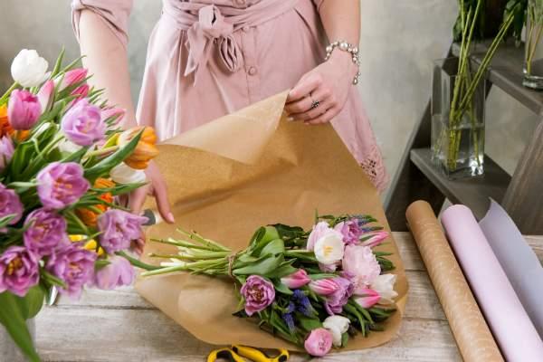 Festlicher Blumenstrauss wird verpackt