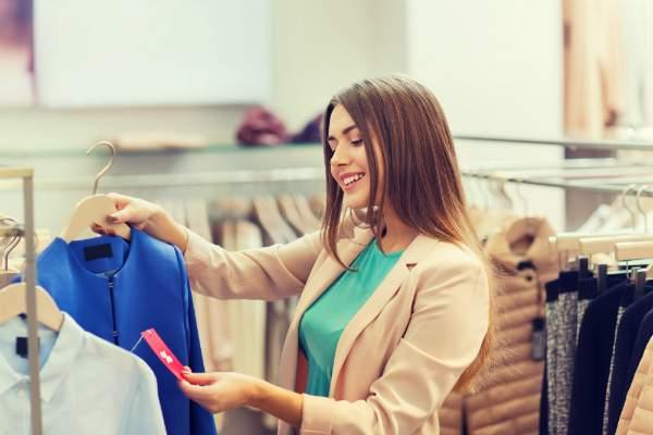 Direkte Beruehrung mit dem Kleidungsstueck beim Griff zum Etikett