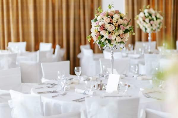 Auch auf Angebote fuer aussergewoehnliche Veranstaltungen wie Hochzeiten koennen Tischaufsteller hinweisen