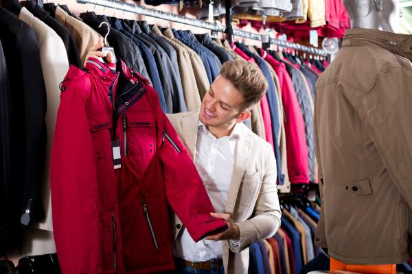 Mann waehlt neuen Mantel