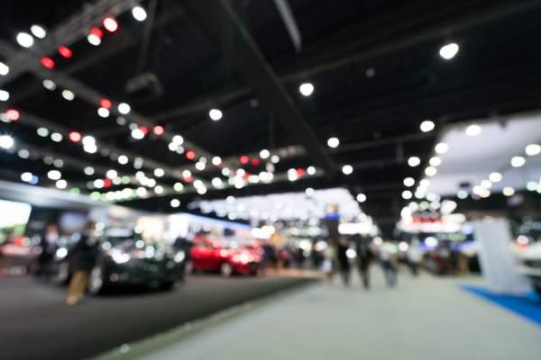 Oeffentliches Event zeigt Autos und Automobile